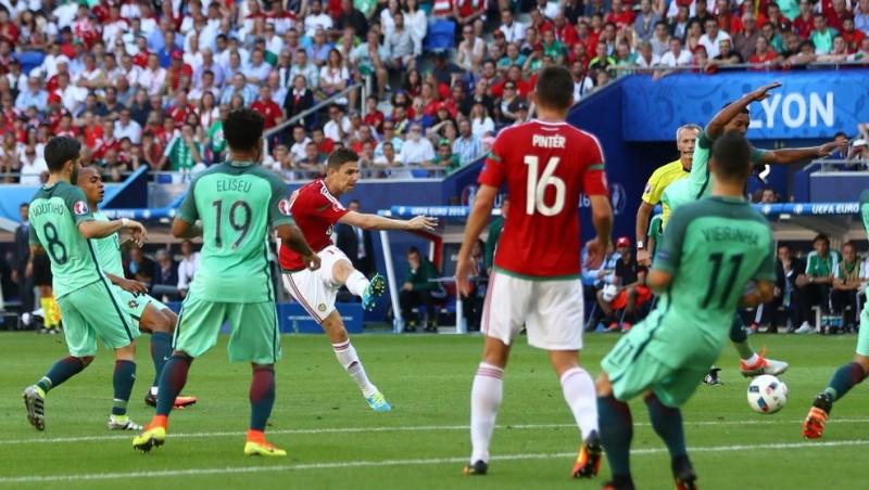 Aksi Zoltan Gera (Hungaria) mencetak gol ke gawang Portugal