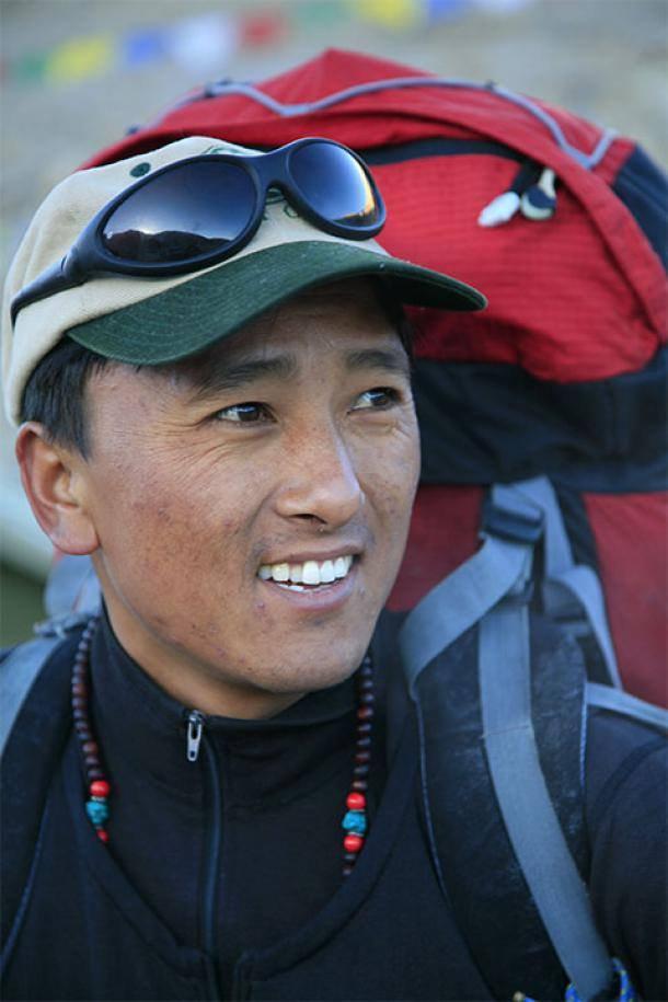 DEATH ZONE, CLEANING MOUNT EVEREST: Kisah Para Pendaki yang Mencintai Gunung Everest dengan Membersihkannya dari Sampah