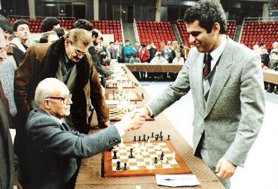 Ángel Ribera firmando la paz con Kasparov después de ser vencido en unas simultáneas