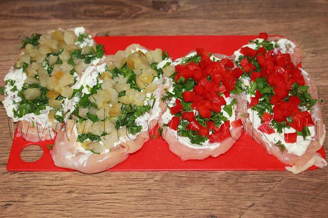 рецепт куриных рулетиков с творожным сыром в беконе с двумя начинками с пошаговыми фото