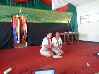 Para siswa belajar dharma gita