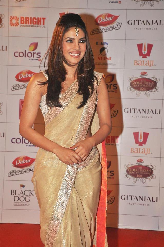 Priyanka Chopra in golden saree, Priyanka Chopra desi girl in saree, Priyanka Chopra saree photos