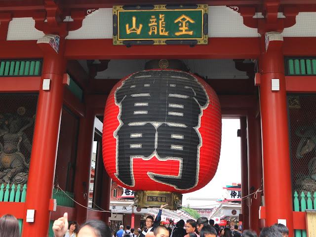 L'une des lanterne géante de la porte Kaminari-mon, assaillies par les photographes et les touristes.