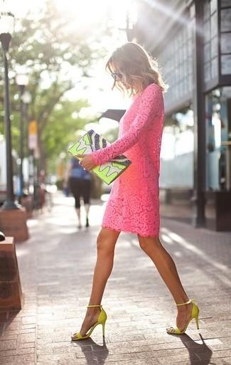 https://lookastic.es/moda-mujer/looks/vestido-recto-rosa-sandalias-de-tacon-en-amarillo-verdoso-cartera-sobre-en-amarillo-verdoso/35039
