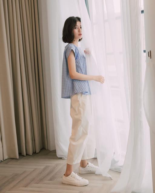慕蓉穿著春日跳格子傘裝簡約上衣-藍格