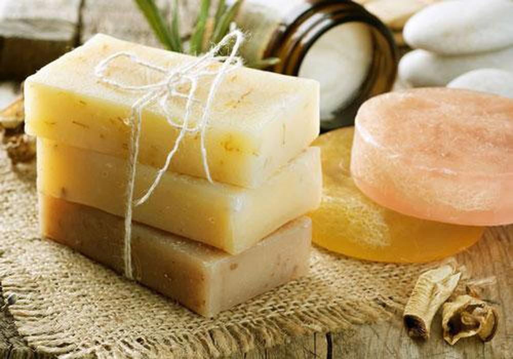 Xà phòng là khắc tinh của lớp dầu trên da, khiến da trở nên khô