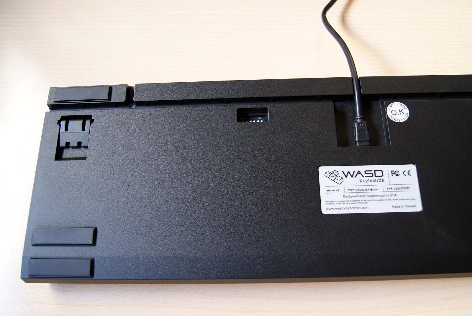 Parte trasera del teclado WASD V2, interruptores DIP para configurarlo