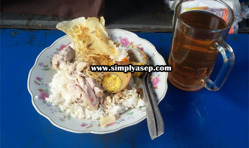 NASI Mixed: This is a portion of Mixed Rice. It consists of slices of vegetable chicken, temoe, peanut, egg next to, noodles and tofu. The price is Rp. 13,000. Not including a glass of sweet tea huh. Photo of Asep Haryono