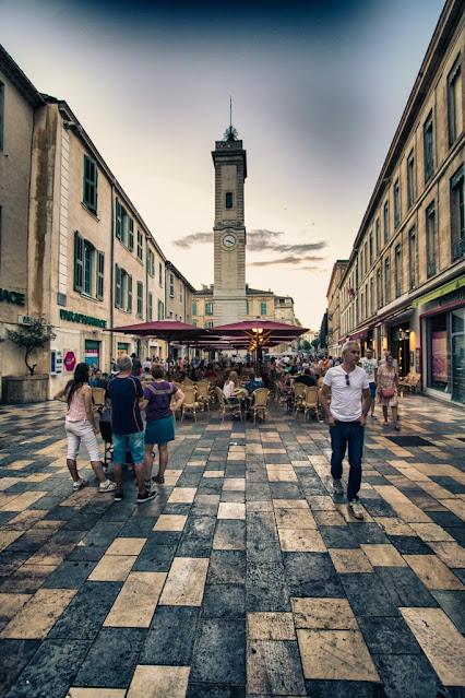 Piazzetta e torre dell'orologio-Nimes