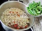 Ciorba de vacuta preparare reteta - adaugam pastaile de fasole