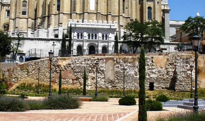 Sector conservado de la muralla árabe, con las puertas de la catedral de la Almudena al fondo.