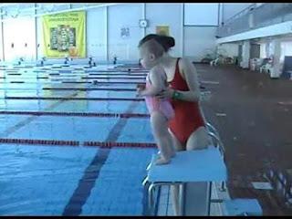 Mengejutkan! Beginilah Cara Ibu Ini Untuk Mengajarkan Balita Berenang