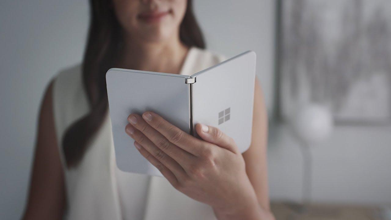 Il discusso telefono Microsoft doppio display arriva in Europa