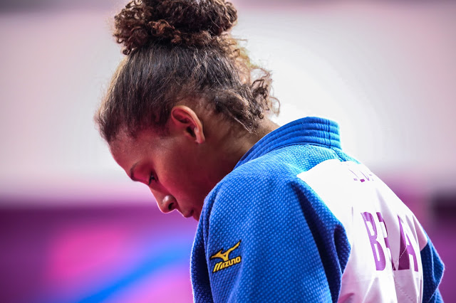 Rafaela Silva desolada após competição