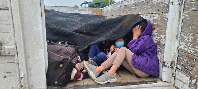 Localizan a 61 centroamericanos hacinados y expuestos al extremo calor de Nuevo León