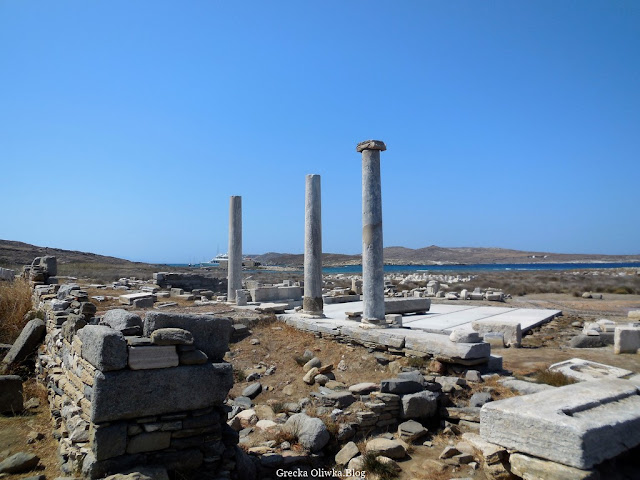 ruiny starożytnej świątyni Artemidy kolumny na tle bezchmurnego nieba i morza Delos Grecja