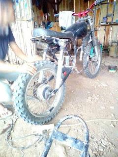 Modifikasi motor trail. Shock belakang menggunakan shock depan, Aman ga ya?