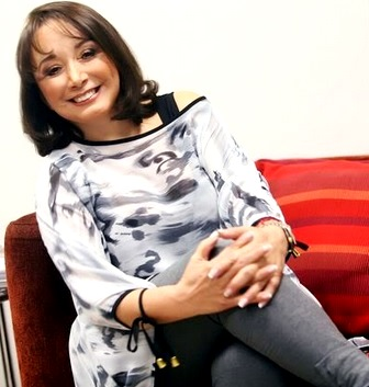 Foto de María Antonieta de las Nieves posando sentada