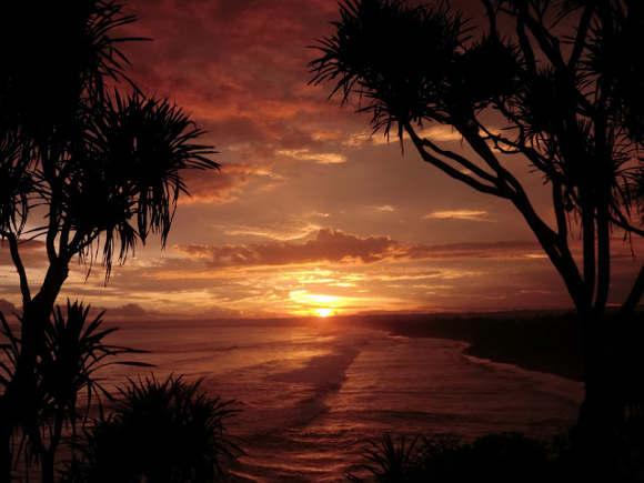 Pemandangan Sunset di Pantai Batu Hiu Pangandaran