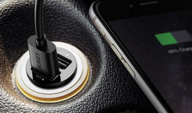 Tips Mengisi Daya Smartphone di Mobil Aman dengan Car Charger