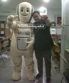 foto testimoni customer bersama badut maskot suzuki