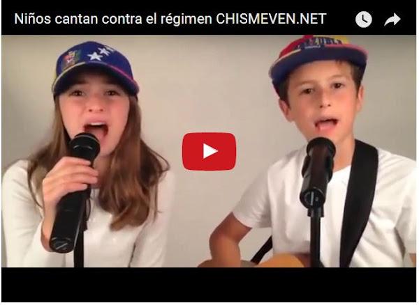 Un par de niños venezolanos cantando contra el régimen
