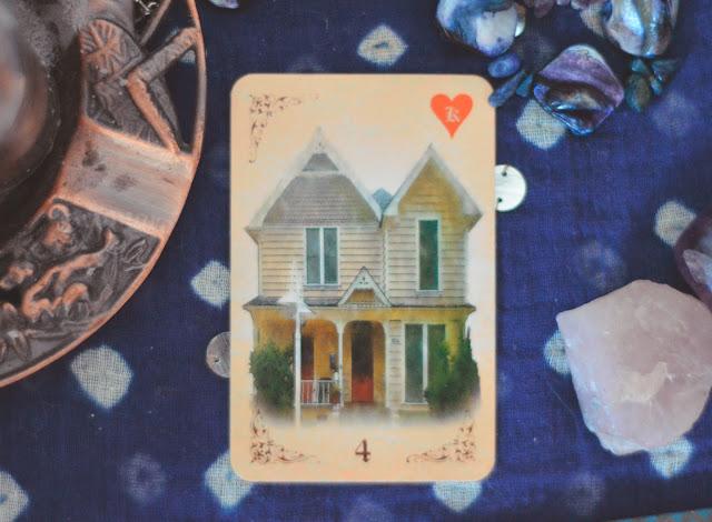 Saiba o significado da Carta 4 (A Casa) no Baralho Cigano / Lenormand e combinações no amor, dinheiro e trabalho, obstáculo e conselho.