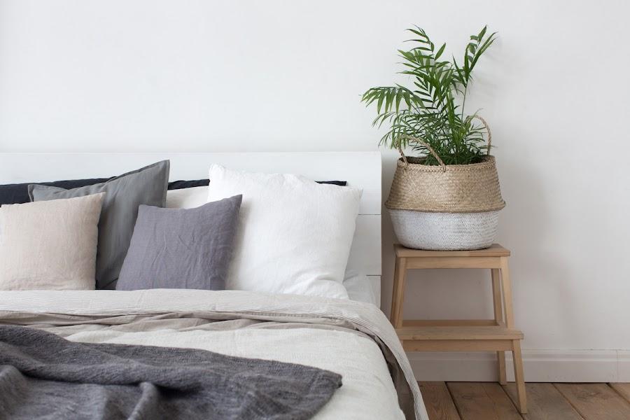 cama con ropa de cama de otoño