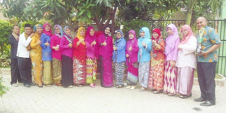 Nomor 8 dari kanan, Kepala SDN Duren Jaya IV Bekasi Timur, Jubaedah, SPd MPd bersama para guru.