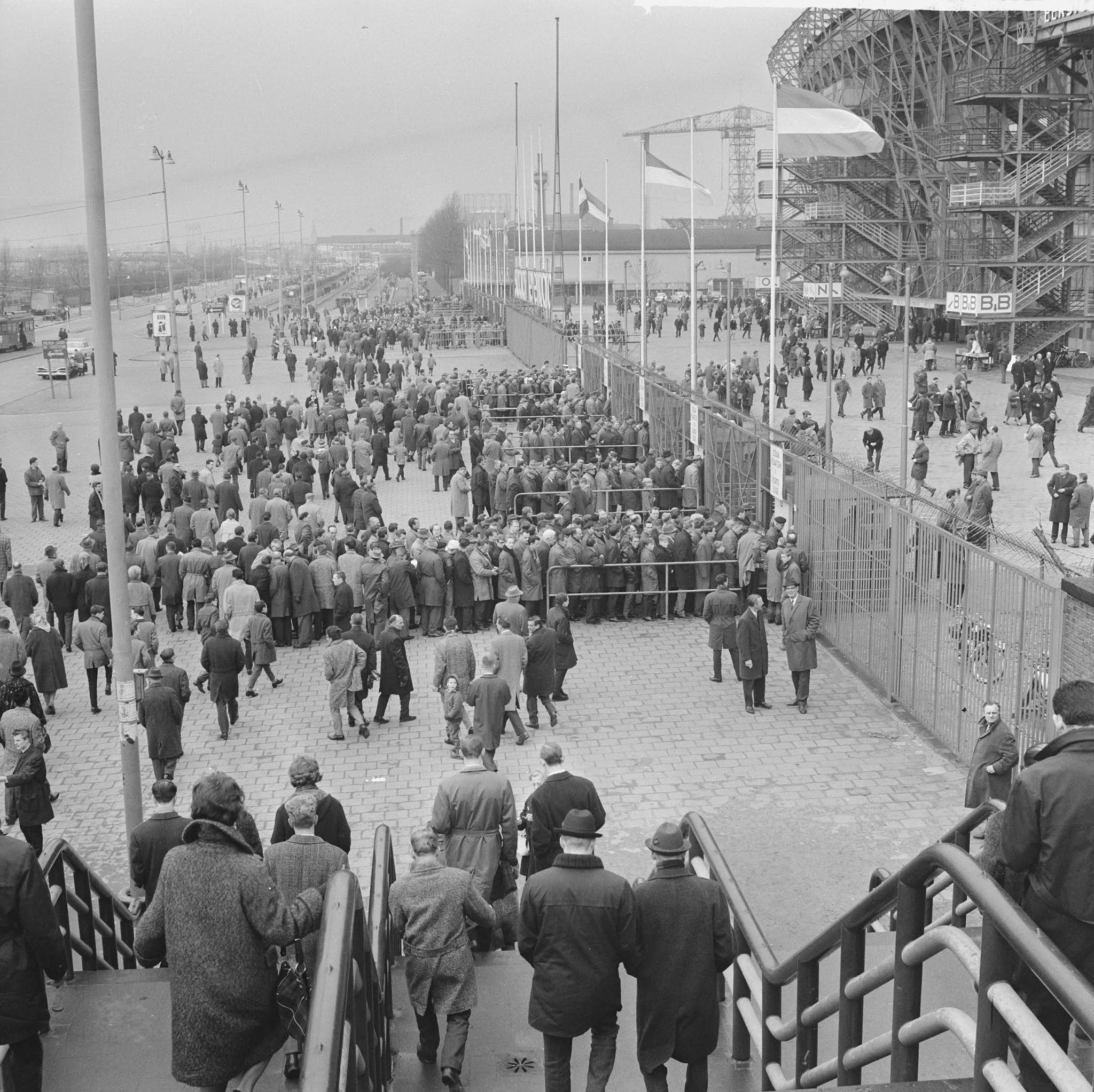 Supporters in de rij bij De Kuip