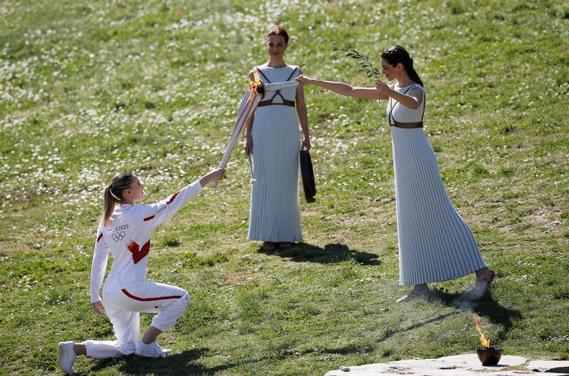 Anna Korakaki ascendendo a chama olímpica
