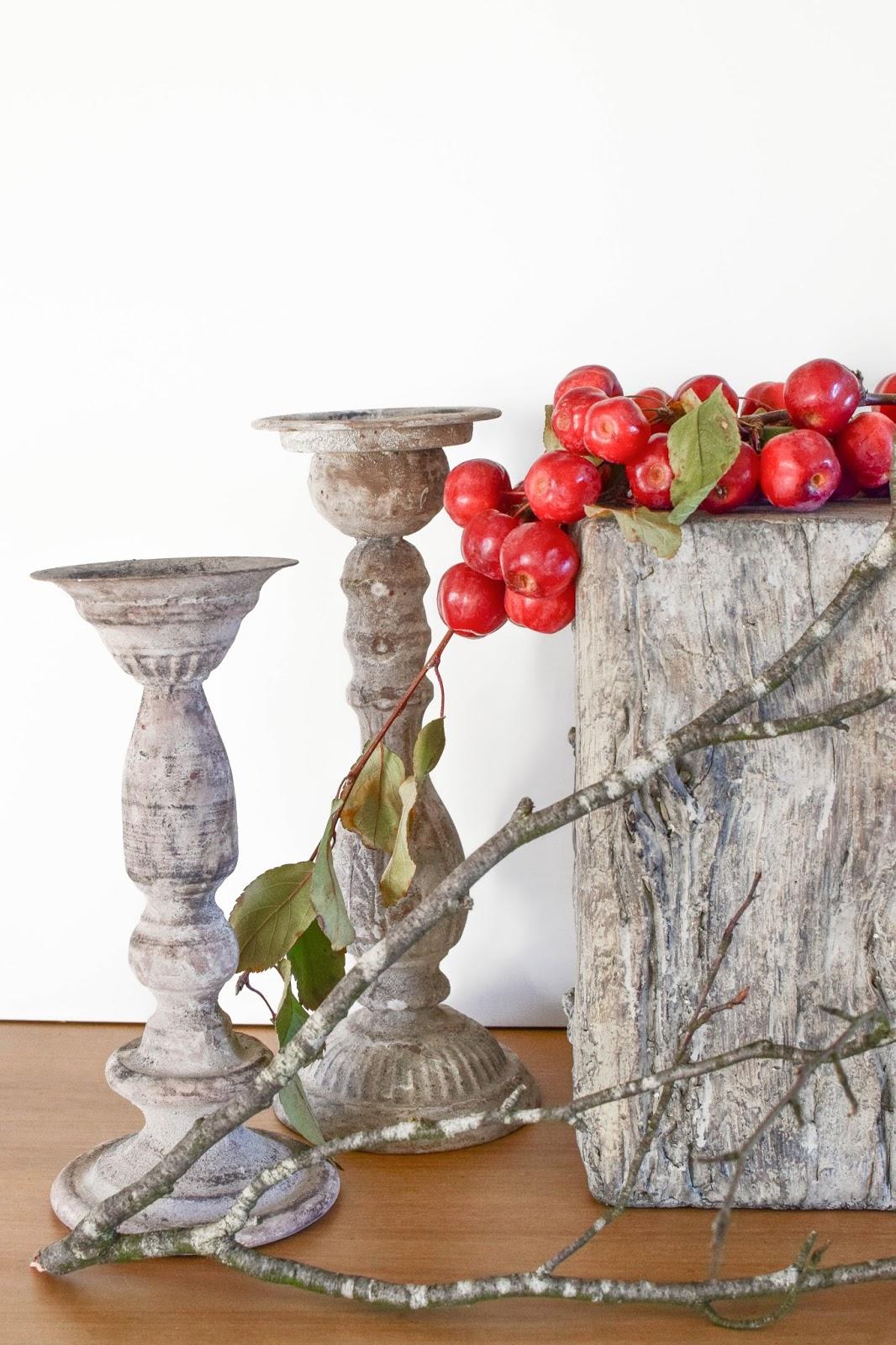 Dekoidee mit Zierapfel für Herbst- und Winter-Deko. Dekoration Holzpodest Kerzenständer Zement Naturdeko