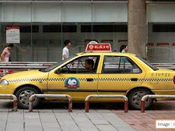 Mirip Minimarket! Taksi di China Ini Sediakan Jajanan Untuk Penumpangnya