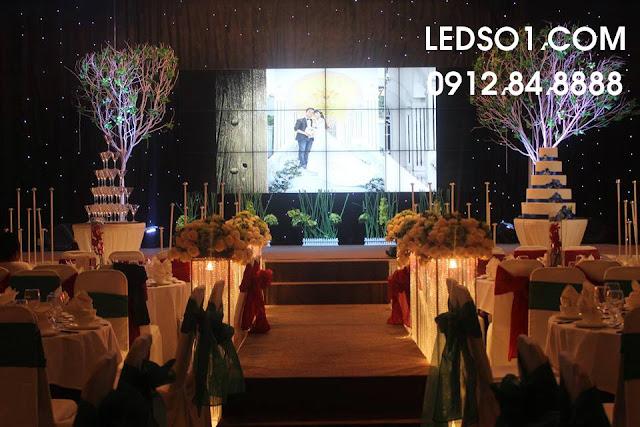 Mẫu trang trí sân khấu tiệc cưới ấn tượng với màn hình Led