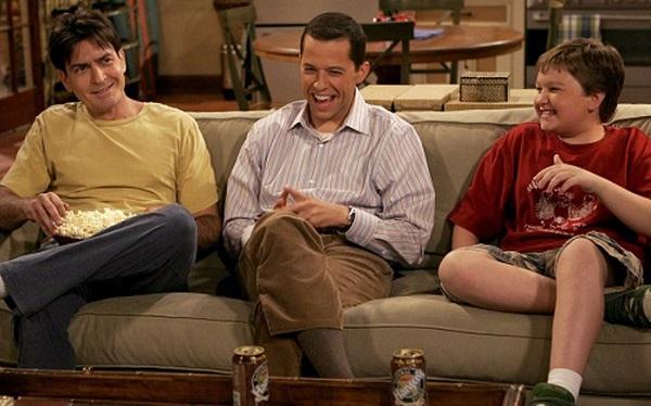 charlie comendo pipoca, alan e jake de dois homens e meio no sofá
