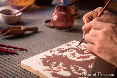 En esta fotografía detalle, estoy pintando un león, original del siglo XV. Camateu. La fotografía fue hecha por Jose Ibañez