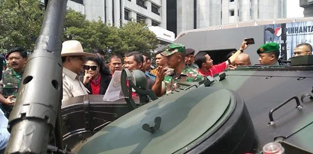 Ngecek Tank, Prabowo: Ini Pake AC Kan?