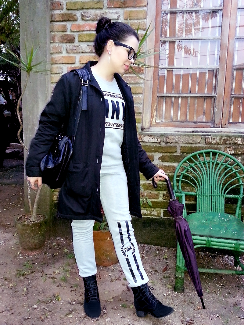 Look moletom, bota e cap coat.