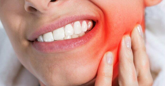 """Cara Mengobati Sakit Gigi Secara Alami dari  Kulit Mangga Siapa yang tidak pernah mengalami sakit gigi?ini adalah hal menyebalkan bagi diri sendiri,bagaimana tidak selain rasa sakit akan mengganggu segala aktivitas harian kita.nah,sebagai referensi buat kamu kali ini kami akan share cara mengobatinya secara alami dari bahan-bahan rumahan sederhana yang ada di sekitar kita Tentunya sangat ampuh dan bekerja menyembuhkan sakit gigi.karena ini pengalaman pribadi dan sudah merasakan khasiat nya yang ampuh.    Ilustrasi Sakit gigi   Resep Jitu untuk mengobati sakit gigi  Berawal dari pengalaman pribadi sakit gigi tidak kunjung sembuh beberapa tahun yang lalu. dapat ilmu dari seseorang.    Jika sakit gigi sudah kambuh rasa sakitnya bisa sampai ke ubun-ubun. Banyak hal yang tidak bisa kita lakukan saat sakit gigi. Mulai dari susah makan, tidak bisa tidur, hingga melakukan aktivitas tertentu karena badan lemas. Pokoknya rasanya luar biasa sakitnya    Resep JITU ini telah terbukti di praktekkan ke diri pribadi dan beberapa orang di sekitar saya. Alhamdulillah sembuh dan gak pernah kambuh lagi.    Bahan-bahan Yang saya gunkan cukup sederhana seperti berikut:    1. Kerokan kulit batang mangga  2. Garam dapur  3. Air hangat    Caranya membuatnya:    1.Kupas kulit batang pohon mangga. Kerok bagian dalam kulit pohon mangga yang warna putih. kira2 berukuran 10 x 10cm yg berwarna putih sampai keluar seratnya, baik yang menempel di batang mangga, ataupun pada bagian putih yang menepel pada bagian dalam kulit pohon yg sdh dikupas tadi. (Sembarang pohon mangga pokoknya yang sudah mengeluarkan getah dan kulitnya sudah retak-retak, diutamakan bagian kulit pohon yang sudah tua).    2.Lalu masukkan serat kulit mangga kedalam gelas kopi kecil. Tambahkan 1 sendok teh garam dapur aduk dengan air hangat lalu kumurkan sampai habis. Jangan lupa baca """"Bismilah"""".    3.Pada saat kumur usahakan tahan air di dalam mulut dan masuk kedalam gigi yg berlubang sampai air terasa dingin (sdh g hangat lagi)."""