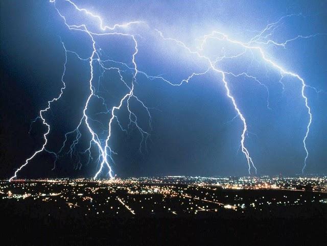 Грози, шквали і град: у 12 областях України оголошено штормове попередження