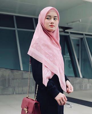 Dinda Hauw cantik dan mansi dengan gamis hitam dan jilba pink pasmhina