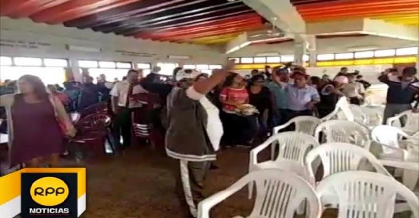 Docentes arrojan huevos contra dirigentes nacionales del SUTEP