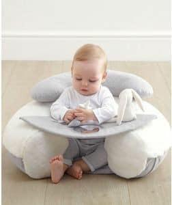 كرسي مساعد للطفل على الجلوس، مصنوع بعجلات تالفة