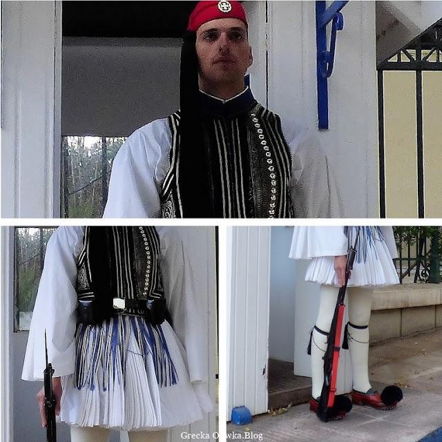 grecki żołnierz Gwardii Prezydenckiej ubrany w czerwoną czapkę białą fustanellę w ręku trzyma karabin, Ateny Grecja