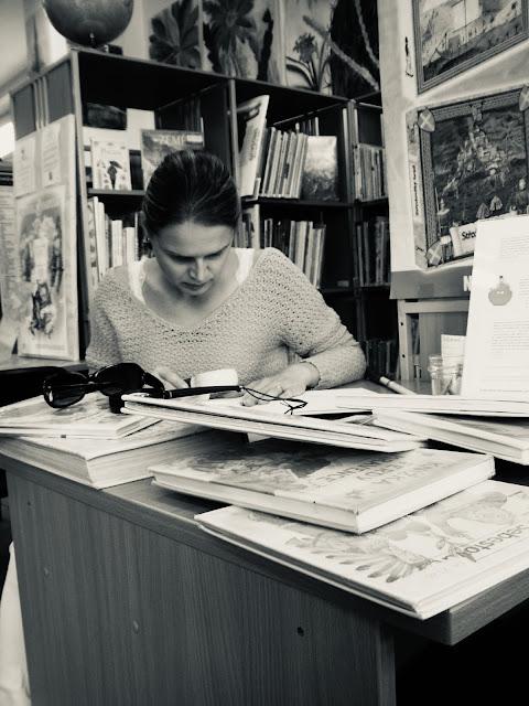 Linda čte knihu pomocí lupy