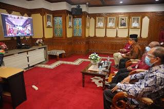 Asisten Admnistrasi Umum Sekda Aceh, Drs. Bukhari, MM membuka kegiatan Sosialisasi Tata Cara Pengisian Jabatan Pimpinan Tinggi oleh Komisi Aparatur Sipil Negara (KASN) yang digelar secara daring di ruang Rapat Gubernur Aceh, Banda Aceh, Kamis (3/9/2020).
