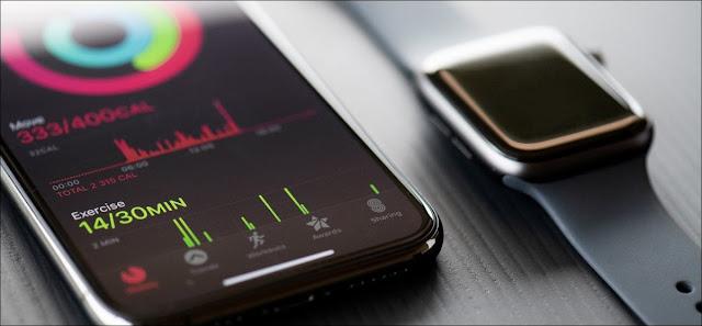 Apple Watch Series 5 بجوار iPhone 11 Pro.