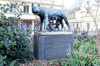 Paris : Louve Capitoline du square Paul Painlevé, symbole du jumelage exclusif entre Paris et Rome - Vème