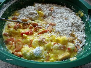 αλευρι λουκάνικα,αυγά γιαουρτι και αλέυρι μεσα σε μια παρινη λεκάνη υλικά για το αλμυρό κέικ