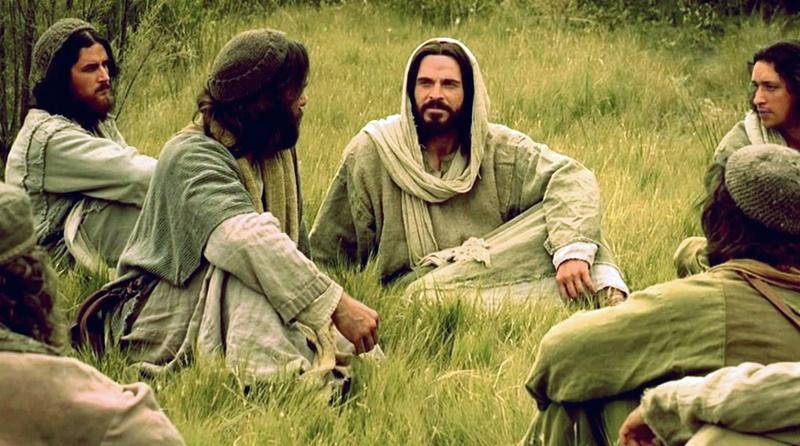Jesus sentado na relva conversando com seus discipulos